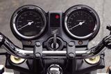 画像: シンメトリーなデュアルメーターを採用。スピードメーター内の液晶パネルにはオド、ツイントリップを表示。