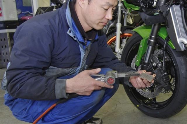 画像: 前後のブレーキはパッドを外して面取り修正とパッド面、ディスク面の脱脂を行い、鳴き止めグリスを塗布して再組み付け。タイヤ空気圧やチェーンの張り、ヘッドライト光軸、ケーブル類の遊びなどもすべて調整する。