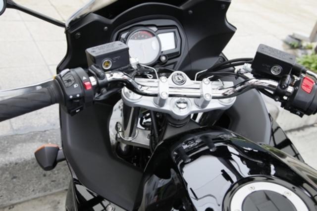 画像: カウル両サイドの上部とか、メーターの左右あたりに小物入れがあれば使い勝手はグッと高まるはず。スピードメーターもアナログ表示のほうがいいなあ……。