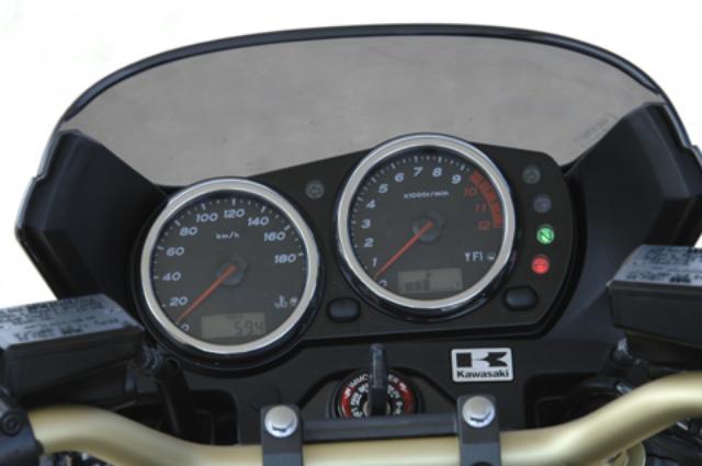 画像: オーソドックスなアナログ2眼メーター。パネル内に時計、オド、ツイントリップ、燃料計が液晶表示される。