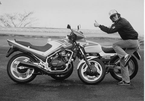 画像: 前回の「慣らし運転編1」のニンジャとVTRの写真を見ていて、ふと思い出して引っ張り出したのがこの写真。82年ごろに、当時大人気だったCBX400FとVF400Fを同時所有していた時期があったんだ。どちらのオートバイも月刊オートバイ誌で「愛車日記」を一年間連載していたから、古い読者なら覚えているかも。 あれからもう30年か……。