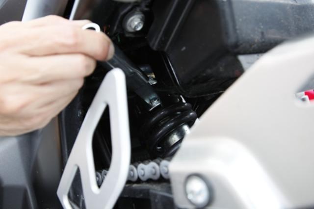 画像: リヤショックはイニシャル調整可能だけど、奥まった位置にあるのでピンスパナを回しにくい。ソロとタンデムで素早く変えられるように、ダイヤル式の調整機構が欲しい。