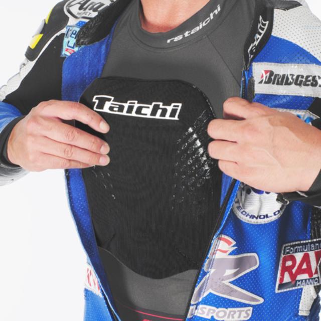 画像: RSタイチでは、この胸部パッドをベースに、ベルトで固定するタイプや、ボタンで固定するタイプもラインアップしている。ライディングジャケットに組み合わせるなら、そちらがお勧め。 www.rs-taichi.co.jp