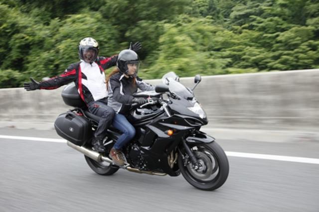 画像: 大型バイクの扱いに慣れているメグミだから、高速クルージングなら後ろに乗っても怖くない。停車時の不安定さは、僕が後ろから足を着いて支えることで解決。