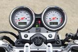 画像: 高い質感を放つアナログ式2連メーターを採用。メーター内の液晶パネルには時計、オド、ツイントリップが表示される。