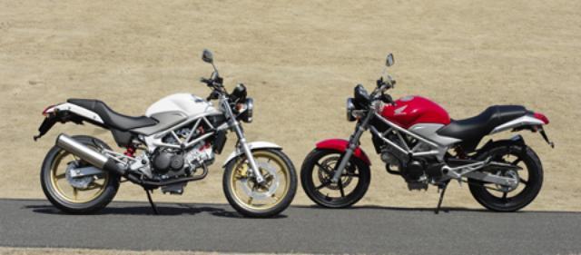 画像: 意外にもCB400SFより40mm長い全長だが、V型エンジンのおかげで車体は非常にスリム。シートの先端部分もかなり絞り込まれた形状なので、足着き性は良好。また、ⅠとⅡの違いは、Ⅰはキャリパーとホイールがブラック(右)、Ⅱは車体同色のリアカウルにゴールドホイール&キャリパーを持つ(左)。