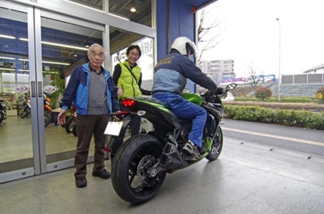 画像: ドクターSUDAでは整備後にメカニックが試乗して最終確認。たまたま社長の須田さんも居て「太田さんのオートバイは雑誌のテストでバンバン飛ばすんだから、特に念入りにな!」とハッパをかけてた。自分のオートバイだとそんなに飛ばさないんだけどな……。
