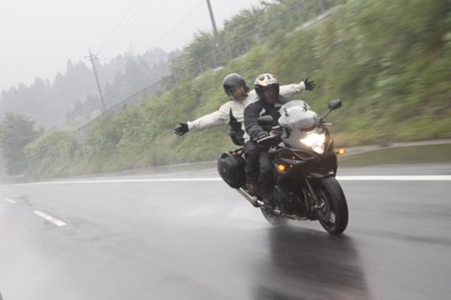 画像: カメラマンがカメラをビショビショにしながら決死の覚悟で撮ったカット。シャワーのような豪雨は無駄にはしゃいでいる二人の体についた「汚れ」を落としてくれただろうか……。