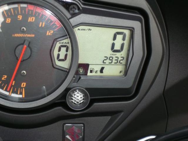 画像: 293kmを超えたところでガソリンの残量警告等が点灯。この時点での残量は約5.5Lで、残量が1.5Lを切るとマークが点滅して注意を促してくれる。で、本日の燃費は21km/Lをマーク。高速道路クルージングだけなら23km近く走りそう。満タンからの航続距離は400kmを軽く超える。乗用車並みだね。