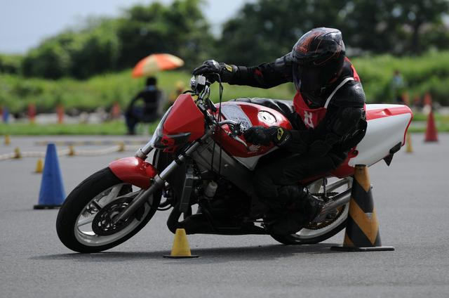 画像: Rider Okawa, riding a NSR250R who was absent in Round 2 rejoined in Round 3. The fast speed as the winner of the opening race was still existent, and he came in second place recording 1 minute and 44.647 seconds in the second Heat.