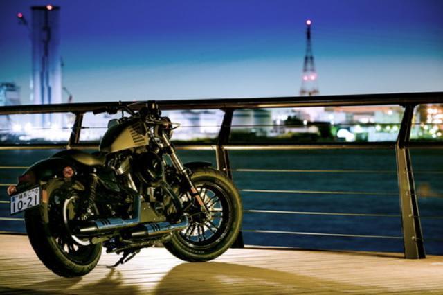 画像: 全身をブラックアウトさせたダークカスタムモデルの代表格ともいえるフォーティーエイト。新型では70年代をイメージしたグラフィックと、伝統の重みを感じさせるバー&シールドのバッヂを燃料タンクに新採用した。