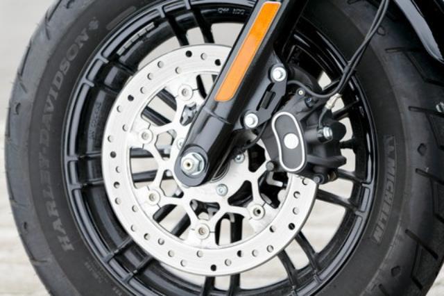 画像: 2016年式のスポーツスター1200シリーズはABSを全車搭載。ローターも292mmソリッドディスクをセミフローティング式へとグレードアップし、タッチと制動力を向上している。