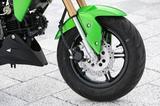 画像: フロントフォークはインナーチューブ径φ30mmの倒立タイプで、がっしりとした安定感を発揮。ブレーキはΦ220mm径のペータルローターに片押しキャリパーの組み合わせ。