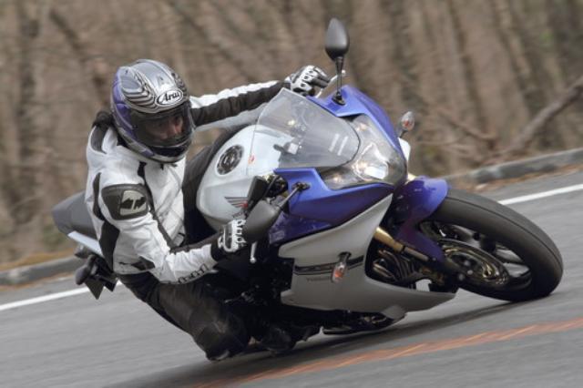 画像: フルカウルを持つスポーツバイクだが、CB600Fホーネットと車体関係を共有することで製造コストを圧縮。欧州では手頃なスポーツバイクとして注目されている。