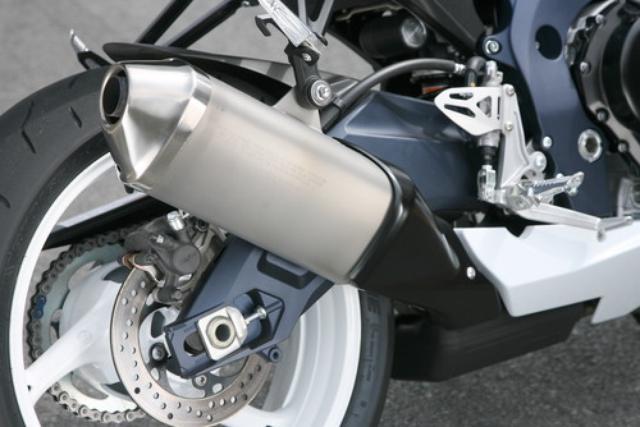 画像: 新設計マフラーは、エキパイがステンレス、サイレンサーはチタン製。これにより約1.7kgもの軽量化に成功。