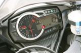 画像: 2010年型GSX-R1000と同様のメーターパネルを採用。新たにストップウォッチとラップタイマーも追加された。