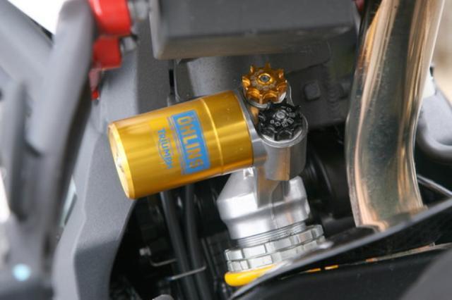 画像: リアサスペンションはオーリンズのTTX36。ダンピング調整を低速・高速に分けて調整できる最上級モデルだ。