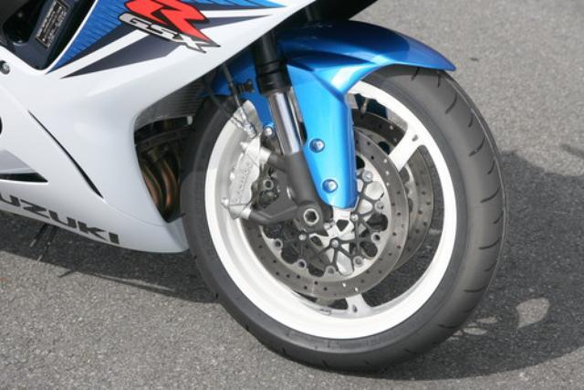 画像: ブレーキキャリパーはシリーズ初となるブレンボ製のモノブロックを採用。単体重量も約405g軽量化された。