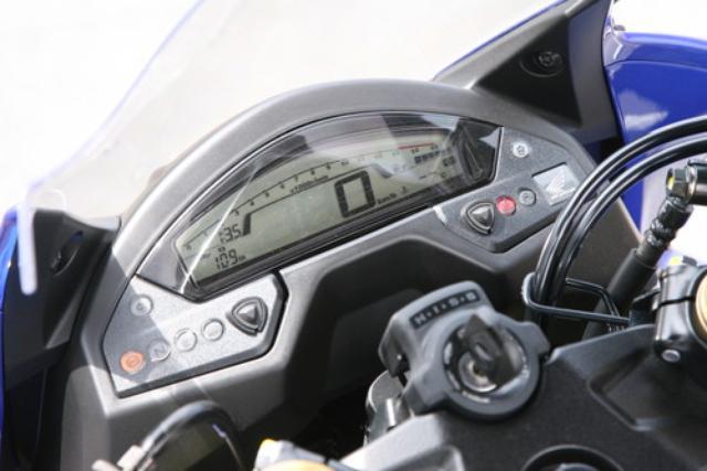 画像: スクリーンの下に収まるコンパクトな液晶多機能メーターは、CB600Fの兄貴分であるCB1000Rに通じるもの。