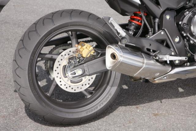 画像: 5スポークのホイールやブレーキまわりはCB600Fと同様。リアショックは直押し式のモノショックを採用する。