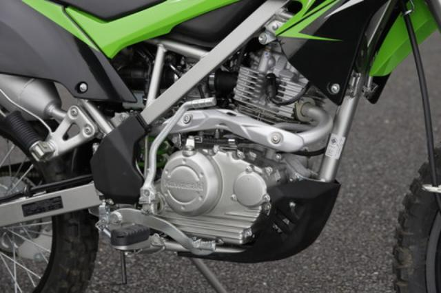画像: エンジン外観はKLX150と同一だが、中身は別物。ボアアップキットを組み込んで170cc化されたエンジンは14PSを発揮。乗り比べればハッキリと分かる力強さを手に入れている。
