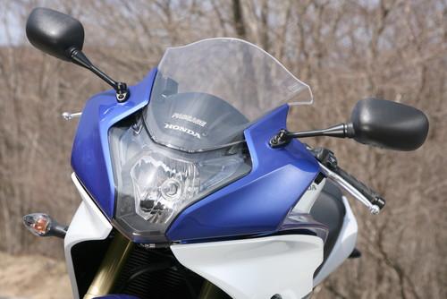 画像: 「コブラの攻撃態勢」をイメージしたフロントマスク。特徴的なヘッドライトは左右にポジション灯も内蔵。