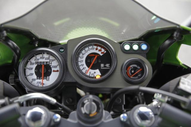 画像: MAX200km/hまで刻まれたスピードメーターや、1万500回転から刻まれるタコメーターのレッドゾーンがこのバイクの性格を物語る。右には切り替え式の水温/燃料計を設置。