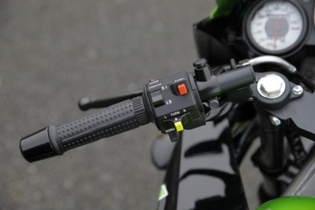 画像: 右上の赤いスイッチに注目。国産車だとハザードなどが設置されるが「FUEL」と記されているこのスイッチは、下の写真にある水温/燃料計の切り替えスイッチなのだ。
