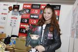 画像: 東京モーターショーの会場で、出来立ての写真集を手に記念撮影!(撮影/島村栄二)