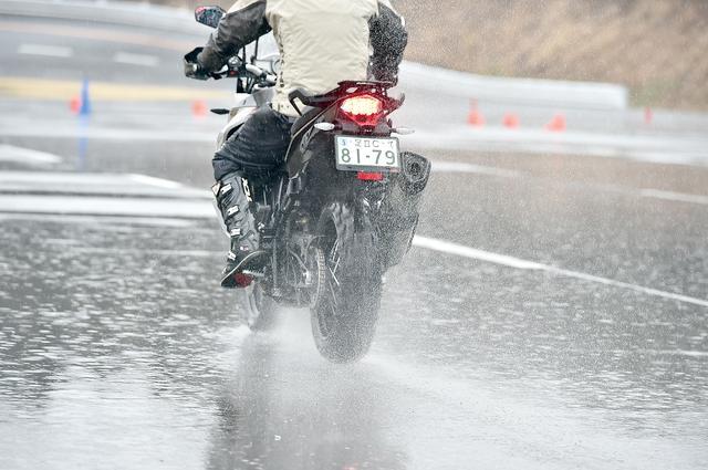 画像: 排水性がいいから、いずれのステージでも降りしきる雨の影響をまったく苦にすることなくタフに性能を発揮したのも忘れてはならない。
