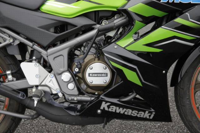 画像: カワサキ最後の2ストエンジンはミクニのVM28キャブレターとの組み合わせで29PSを発揮。高回転域での伸びやかな吹け上がりは特筆モノだ。始動はキックのみとなる。