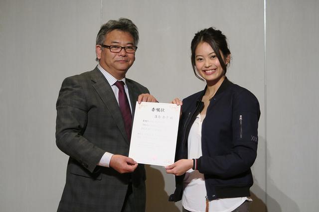 画像: アンバサダーの落合恭子さんに、ツインリンクもてぎの総支配人・抱 高彦さんから委任状が手渡されました。