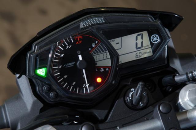 画像: メーターはベースモデルのYZF-R25と共通のユニットを採用。R25同様の多機能タイプで、便利なシフトインジケーターやギアポジションインジケーターも備えている。