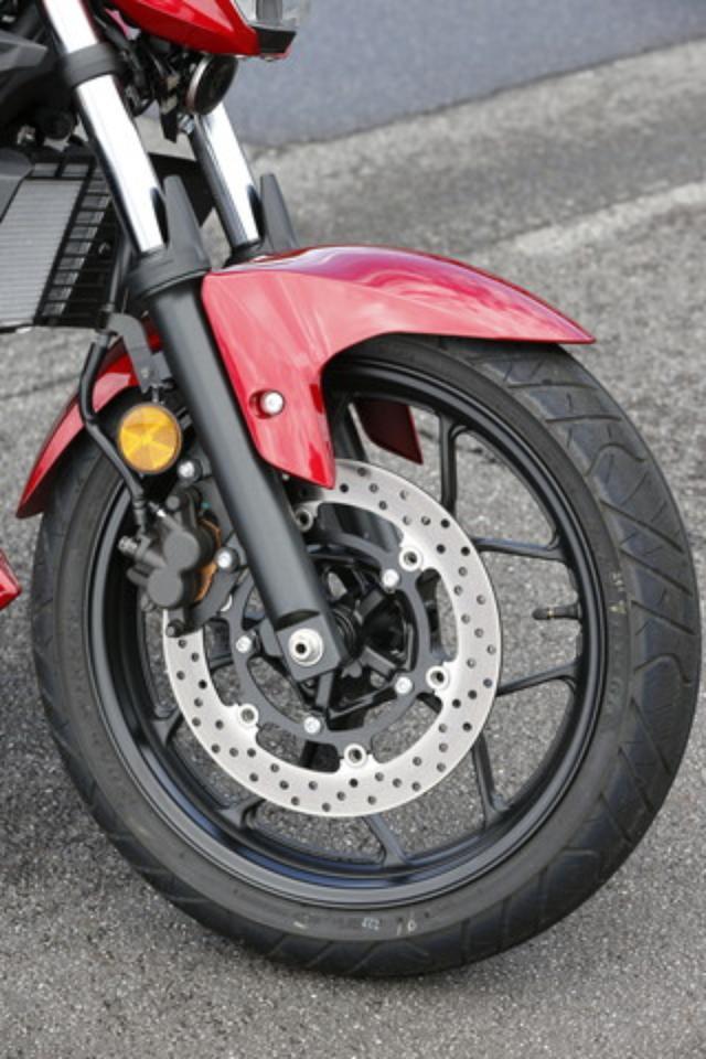 画像: R25と同タイプのフロントホイールは軽量な10本スポークデザイン。ディスク径は298mmで十分な制動力を発揮する。タイヤは110サイズのIRC・ロードウィナーを装着。