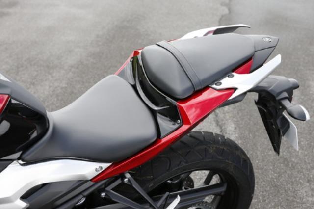 画像: シートはR25同様のセパレート式だが、テールのスタイルに合わせて追い込んだ形状のグラブバーを新たに採用。タンデムシートの座面は快適性にも配慮した形状としている。