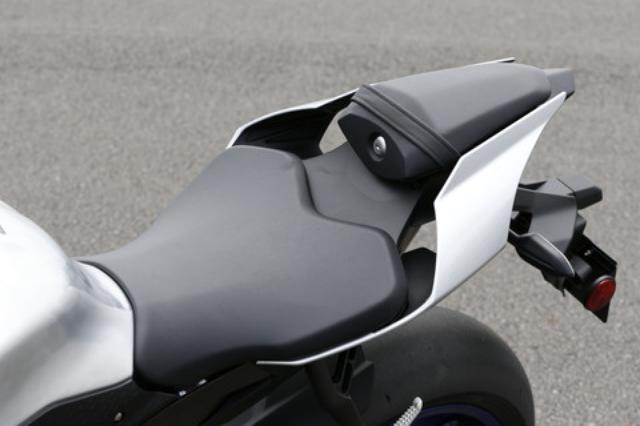 画像: 前端を絞り込み、後端をワイドにした、コントロール性に優れたシートを採用。後端の幅はYZR-M1と同寸法で、これは開発にも参加したV・ロッシ選手の意見も反映したもの。