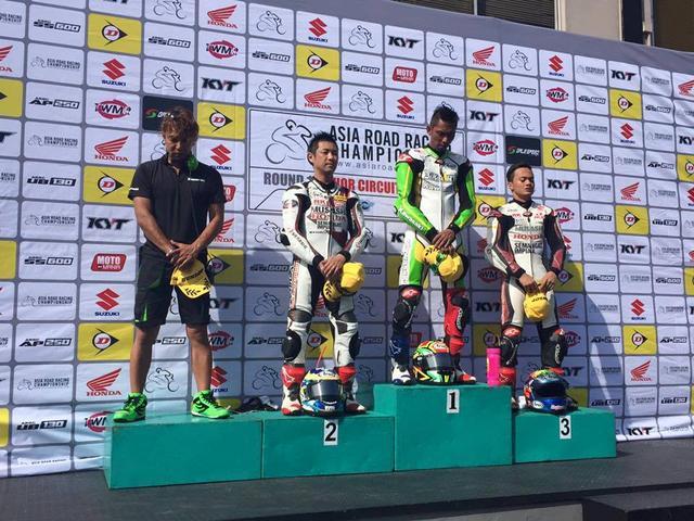 画像: レース2表彰台 アズランのコーチ役を務めた藤原克昭さんも表彰台に上がっています この4人、なんとすべてアジア選手権チャンピン経験者!