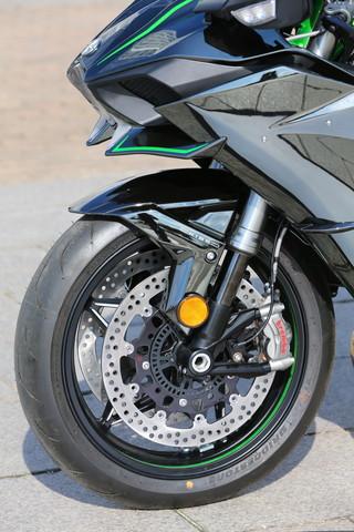 画像: 滑らかな動作を実現し、高負荷時にも確実に減衰力を発生する、KYB製のAOS-Ⅱフォークを採用。ブレーキキャリパーとローターはブレンボ製で、ホイールは専用デザイン。