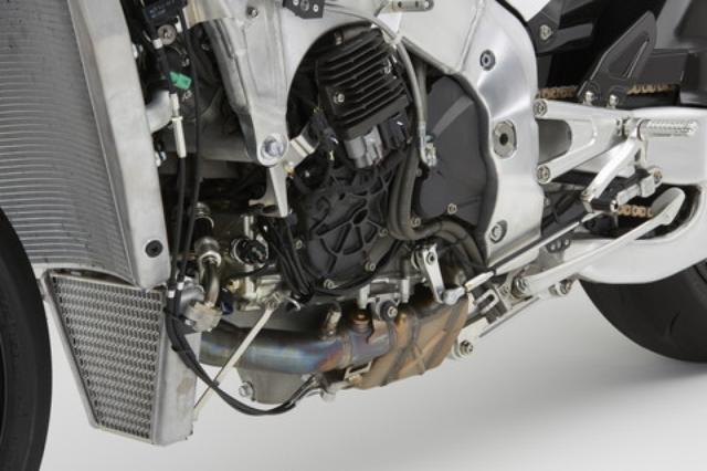 画像: エンジンはRC213Vをベースに耐久性を確保。バルブ駆動をコンベンショナルなバルブスプリング駆動としたほか、ミッションも通常タイプに変更。日本仕様は70PSとなる。