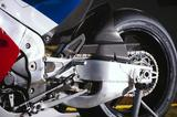 画像: スイングアームも213Vそのままというべき形状。サスペンションユニットは前後ともレース対応品のオーリンズ製がチョイスされ、リアショックはTTX36が標準となる。