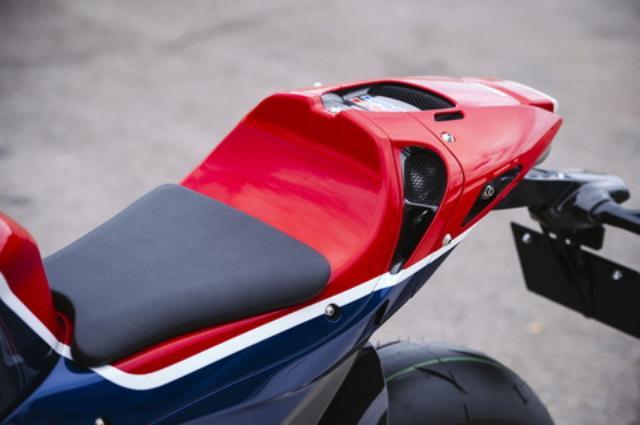画像: マシンの性格上タンデムは想定されておらず、レーサー然とした完全なシングルシーター。マフラーが直下に配置されているため、テールカウルには大きな放熱ダクトが備わる。