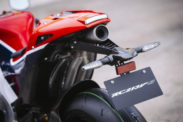 画像: テールカウル下と右サイドに出される細身のマフラーもGPマシンそのままの形状だが、市販車らしく遮熱と騒音対策が施される。タイヤはBSのRS10が標準装着となる。