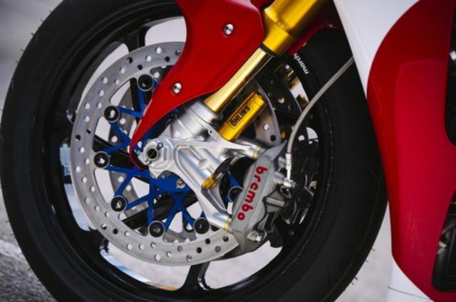 画像: ブレンボのモノブロックキャリパー、マルケジーニ製のホイールと、使用パーツは一級品ぞろい。ブレーキディスクは日本のユタカ技研製のステンレスディスクが装着される。