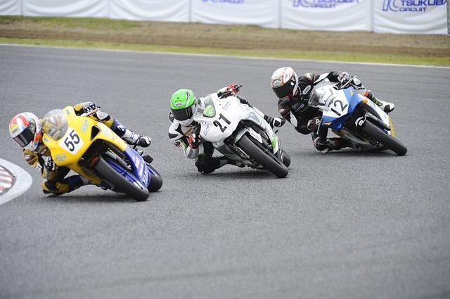 画像: 左から#55 南本 宗一郎 (アケノスピード・YAMAHA YZF-R25)#21 山本 剛大(TRICK STAR Racing Ninja250)#21 青木 治親(AutoRace&TC with TEAM Norick YZF-R25)