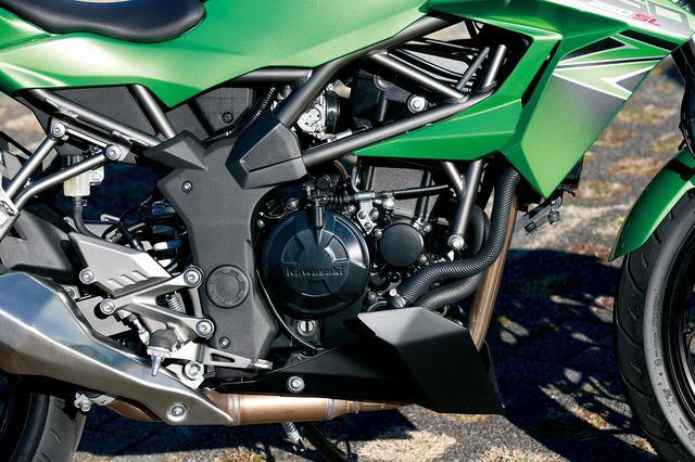 画像: DトラッカーXやKLX250のものをベースにロードスポーツ向けにリファインされた水冷シングルエンジン。中回転域で力強く、高回転域では伸びやかなフィーリングを味わえる。