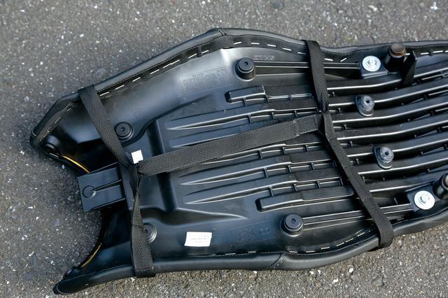画像: シートに固定するためのベルトは、延長ベルトも標準で装備されている。シートの幅や、形状に合わせて、固定しやすいよう工夫がほどこされており、装着は容易だ。