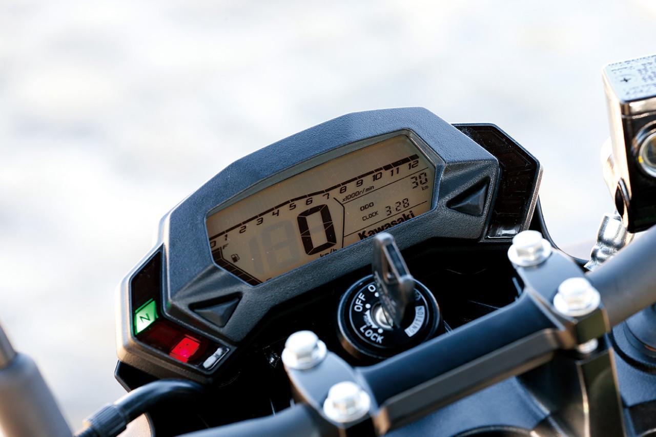 画像: ニンジャ250SLと共通のコンパクトながら視認性に優れたオール液晶メーター。バーグラフ式回転計、デジタル速度計、距離計、時計、燃料計を分かりやすくレイアウト。