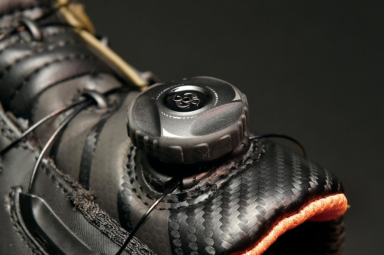 画像: その誕生は1988年に遡り、スノーボードを始め各種のスポーツシューズに採用されているBoaクロージャーシステム。靴紐の代わりにダイヤルと連動したワイヤーレースによりフィット感を調整する機構だ。好みに合わせた微調整が瞬時に可能なことも人気の理由となっている。緩める時はダイヤルを引っ張りワイヤーをリリースする。