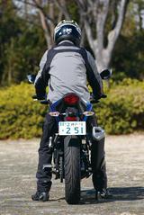 画像: バータイプのハンドルはニンジャ250SLよりもかなり高くて幅も広い。ステア操作が軽く、上体の前傾度も弱いから渋滞路もツーリングも快適だ。176㎝のライダーでも窮屈さは感じないし、細身の車体でオートバイとライダーの一体感が高いことも魅力。