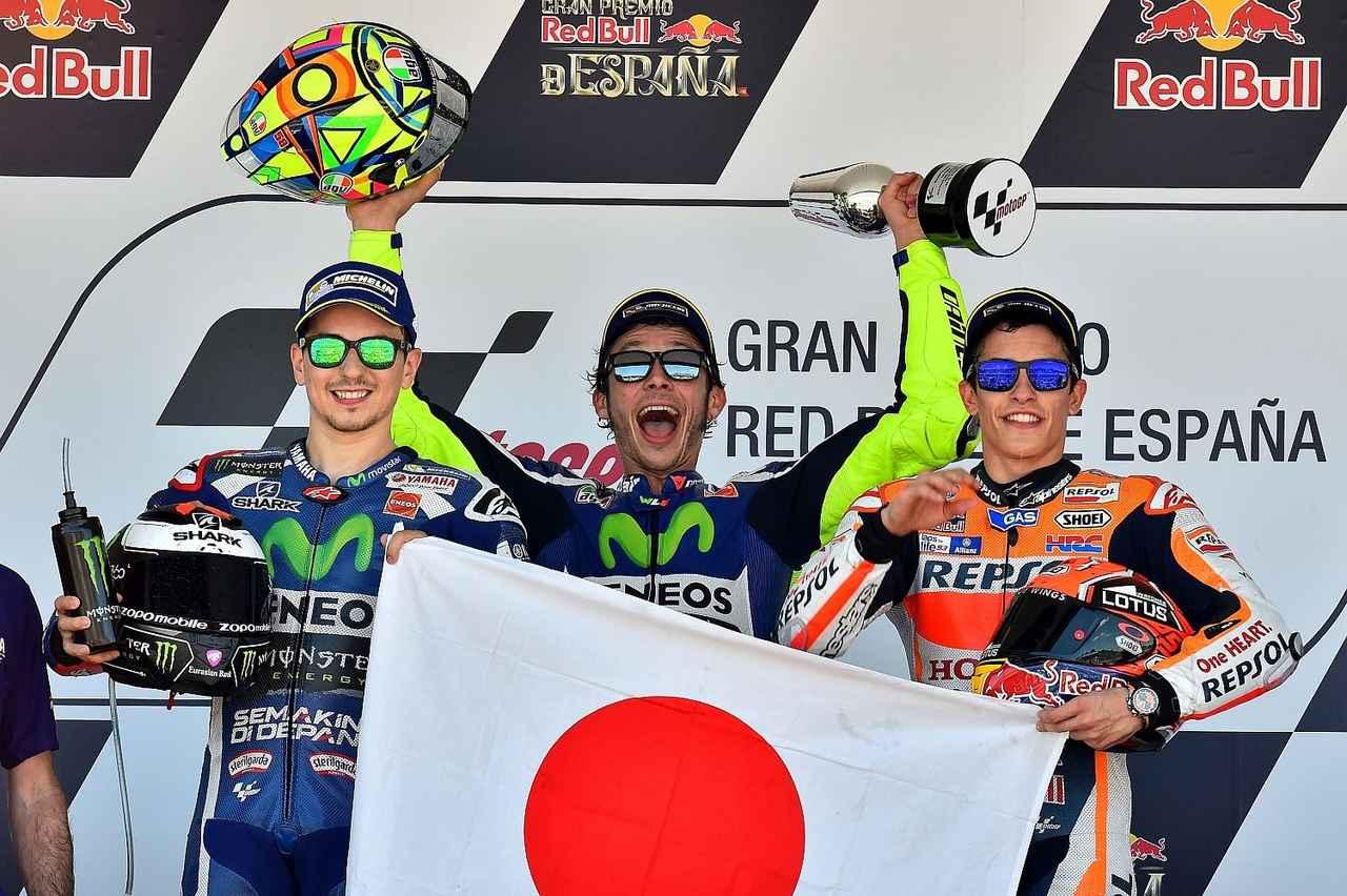 画像: 表彰台では、マルケスが持ってきた日の丸をロレンソが手伝って広げてくれていました。ありがとう!